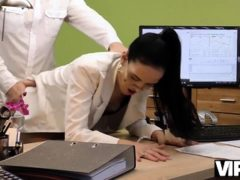 Vip4k. Chick Chiede Credito E Allarga Le Gambe In Ufficio
